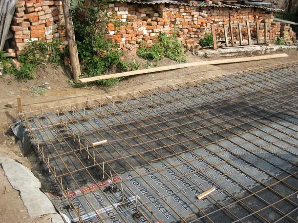 Вязка арматуры и заливка плиты перекрытия для полов по грунту. Разводка водопровода в плите перекрытия. Как я строил дом